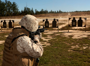 A military policeman fires a rifle at the shooting range.の写真素材 [FYI02099573]