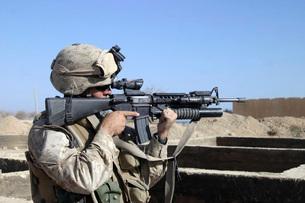 U.S. Marine sites through the scope atop his 5.56mm M16A2 riの写真素材 [FYI02099577]