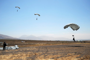 Freefall parachute jumpers approaching the Trident drop zoneの写真素材 [FYI02099582]