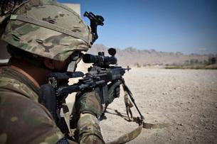 U.S. Army sniper pulls security using an Mk14 Enhanced Battlの写真素材 [FYI02099612]