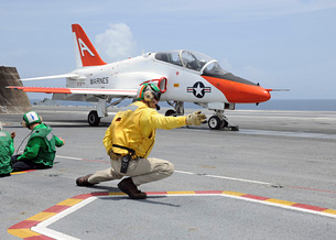 A shooter aboard the aircraft carrier USS George H.W. Bush lの写真素材 [FYI02099760]