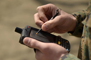 U.S. Marine using GPS capabilities on a handheld device to cの写真素材 [FYI02099781]