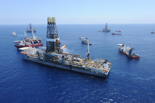Flaring operations conducted by the drillship Discoverer Entの写真素材 [FYI02099788]