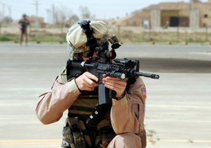 U.S. Air Force Airman conducts security at an airbase in Iraの写真素材 [FYI02099819]