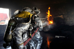 Firefighters extinguish a fire in a training room during livの写真素材 [FYI02099834]