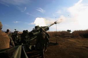 Artillerymen fire a 155mm round out of an M777 lightweight hの写真素材 [FYI02099931]