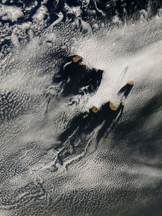 Ship-wave-shaped wave clouds and cloud vortices induced by tの写真素材 [FYI02099937]