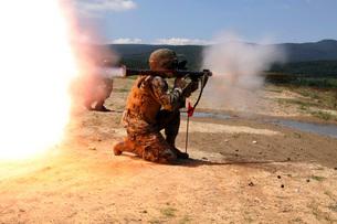 An assaultman fires a Rocket Propelled Grenade.の写真素材 [FYI02099938]