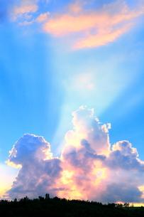 入道雲と光芒の夕焼けの写真素材 [FYI02100026]