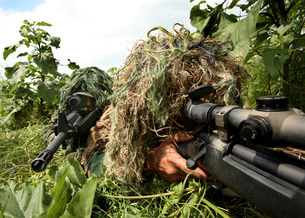 Soldiers dressed in ghillie suits.の写真素材 [FYI02100047]