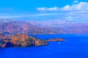 十和田湖の紅葉と遊覧船の写真素材 [FYI02100097]