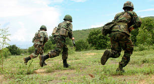 Royal Thai Marines rush forward to secure the site during anの写真素材 [FYI02100123]