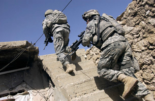 Soldiers running up staircase of a building during a missionの写真素材 [FYI02100130]
