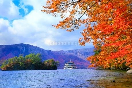 十和田湖の紅葉と遊覧船の写真素材 [FYI02100139]
