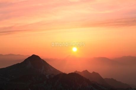 横手山より望む夕日の写真素材 [FYI02100183]