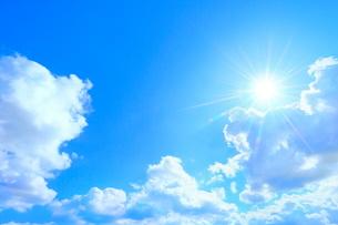 雲と太陽に光芒の写真素材 [FYI02100190]