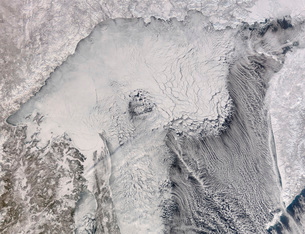 Ice and cloud streets in the Sea of Okhotsk.の写真素材 [FYI02100225]