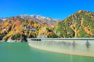 紅葉の黒部ダムと立山の写真素材 [FYI02100240]