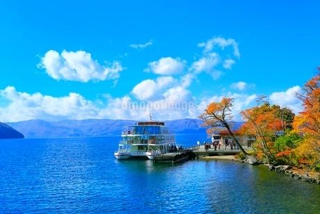十和田湖の紅葉と遊覧船の写真素材 [FYI02100292]
