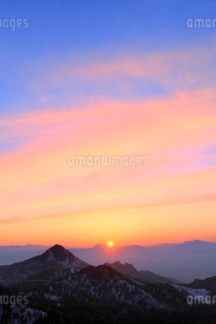 横手山より望む夕日の写真素材 [FYI02100323]