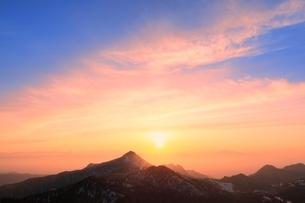 横手山より望む夕日の写真素材 [FYI02100377]