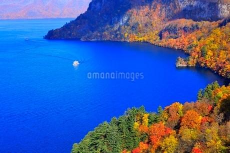 十和田湖の紅葉と遊覧船の写真素材 [FYI02100381]