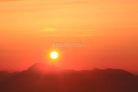 横手山より望む夕日の写真素材 [FYI02100382]