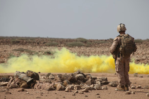 Marines provide security while smoke marks a landing zone.の写真素材 [FYI02100405]