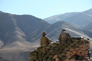 U.S. Army soldiers run communications equipment from a sandbの写真素材 [FYI02100415]