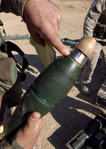 A squad leader points to a delay setting on an 81mm mortar rの写真素材 [FYI02100502]