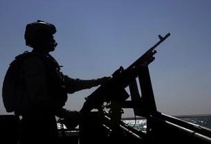 Information Systems Technician manning an M240 machine gun aの写真素材 [FYI02100503]