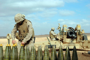 A U.S. Marine prepares howitzer rounds to be fired near Baghの写真素材 [FYI02100536]