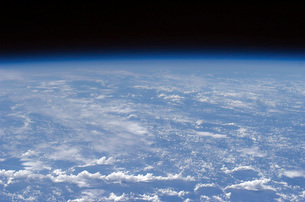 An oblique horizon view of the Earth's atmosphere.の写真素材 [FYI02100654]