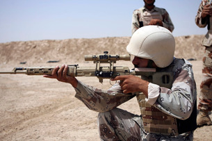 Iraqi Army Sergeant sights in down range during an advancedの写真素材 [FYI02100748]