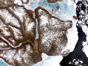 Sea ice lines the shoreline in eastern Greenland.の写真素材 [FYI02100782]