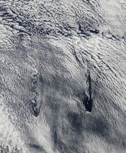 Clouds over the Juan Fernandez Islands form into vortices.の写真素材 [FYI02100803]