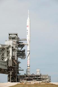 The Ares I-X rocket is seen on the launch pad at Kennedy Spaの写真素材 [FYI02100911]
