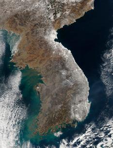 Satellite view of snowfall along South Korea's east coast.の写真素材 [FYI02100952]