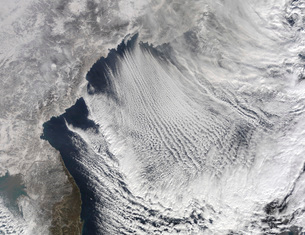 Cloud streets forming over the Sea of Japan.の写真素材 [FYI02100977]