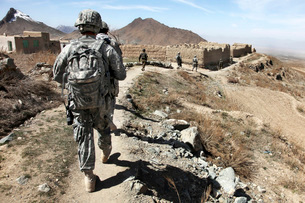 Afghan National Army and U.S. soldiers patrol the village ofの写真素材 [FYI02101011]