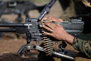 A Marine loads a M-240G machine gun.の写真素材 [FYI02101060]