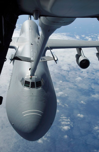 A KC-10 Extender prepares to refuel a C-5 Galaxy.の写真素材 [FYI02101091]