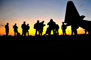 Green Berets prepare to board a KC-130 aircraft.の写真素材 [FYI02101104]