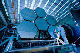 A James Webb Space Telescope array being tested in the X-rayの写真素材 [FYI02101192]