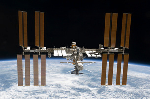 The International Space Station in orbit above Earth.の写真素材 [FYI02101225]