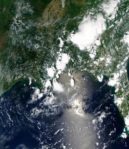 Oil spreads northeast from the leaking Deepwater Horizon welの写真素材 [FYI02101233]