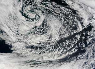 Ship-wave-shaped wave clouds induced by Aleutian Islands.の写真素材 [FYI02101331]