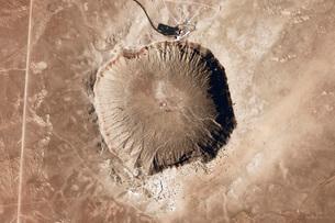 A meteorite impact crater in the northern Arizona desert ofの写真素材 [FYI02101771]