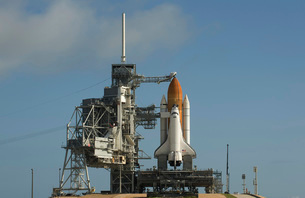 Space Shuttle Discovery sits ready on the launch pad at Kennの写真素材 [FYI02101888]