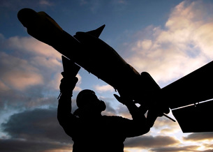 A Sailor inspects a Captive Air Training Missile attached toの写真素材 [FYI02102187]